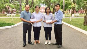 Báo Pháp luật Việt Nam ủng hộ tiền 2 nữ sinh nghèo, hiếu học