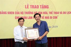 Đoàn làm phim 'Về nhà đi con' xúc động nhận Bằng khen của Bộ trưởng Bộ VHTTDL
