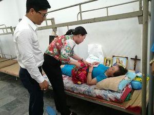 Tặng sổ tiết kiệm cho công nhân bị bệnh hiểm nghèo