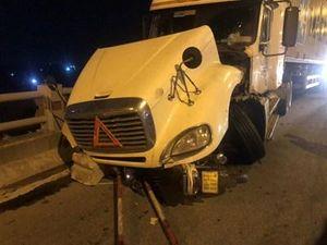 Container va chạm 3 xe máy trên cầu Thanh Trì, 1 người rơi xuống sông