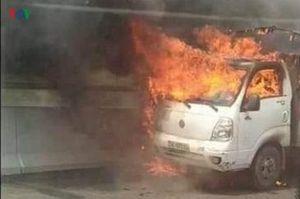 Xe tải bốc cháy dữ dội trên cao tốc Hạ Long- Hải Phòng
