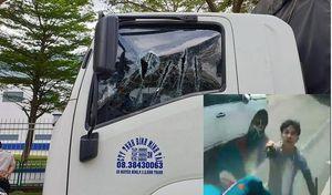 Khiếp vía đôi nam nữ cầm kiếm chặn đầu, chém nát kính xe tải