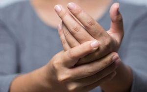 Thường xuyên bị run tay hoặc đau ngón tay có nguy hiểm không?