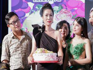 Trước tấm lòng của học trò nhân ngày Nhà giáo Việt Nam, NSƯT Trịnh Kim Chi khóc òa