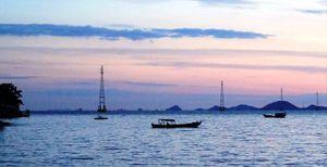 Gắn biển công trình cấp điện ra xã đảo Tiên Hải