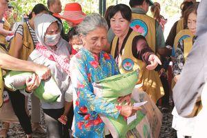 Các đơn vị trao nhà, tặng quà, khám bệnh từ thiện