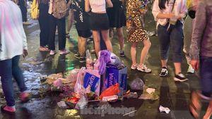 Ngổn ngang rác trên phố đi bộ Nguyễn Huệ sau màn bắn pháo hoa