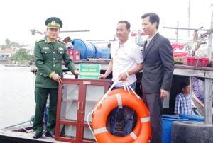 Bàn giao tủ sách pháp luật cho tàu đánh bắt xa bờ