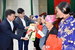 Báo Nghệ An và HDBank - Chi nhánh Nghệ An trao quà Tết người nghèo ở Hưng Nguyên
