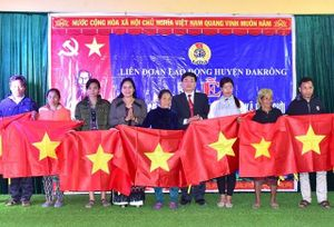 Trao 4.000 lá cờ Tổ quốc cho nhân dân các xã biên giới tỉnh Quảng Trị