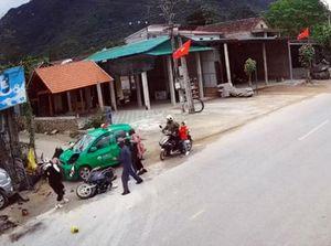 Tài xế taxi ngủ gật đâm vào ven đường làm nhiều người bị thương