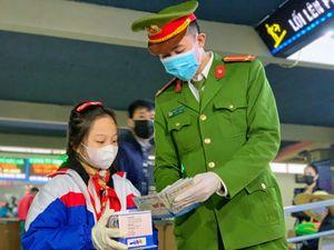 Bé gái từng viết thư cho Thủ tướng phát khẩu trang miễn phí ở bến xe khách Hà Nội