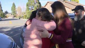 Người mẹ tuôn nước mắt khi đoàn tụ với gia đình sau nhiều ngày cách ly