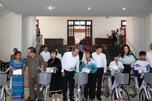 Phó Thủ tướng Thường trực trao học bổng cho học sinh nghèo tỉnh Đắk Nông