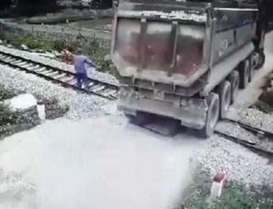 Nhân viên gác chắn cứu đoàn tàu không đâm vào xe tải