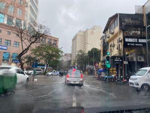 Hà Nội mưa trắng trời, nhiều phố thành 'sông'