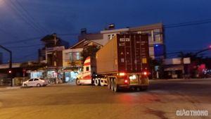Quảng Nam: Cận cảnh xe tải trọng lớn nối nhau rầm rập vào đường cấm