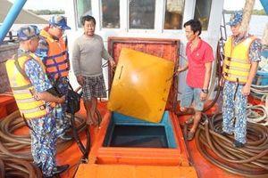 Vùng Cảnh sát biển 4 tạm giữ tàu chở 80.000 lít dầu không rõ nguồn gốc