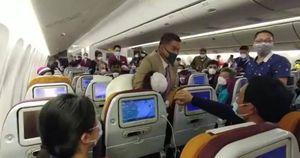 Người phụ nữ TQ bị kẹp cổ trên máy bay vì ho vào mặt nữ tiếp viên