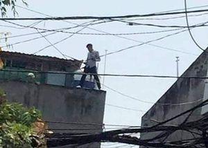 Thanh niên phê ma túy xịt hơi cay vào cảnh sát rồi leo lên mái nhà
