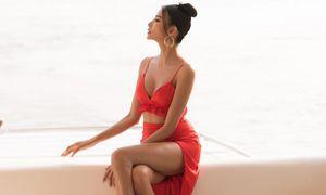 Hoàng Thùy mặc crop-top khoe vòng 1 nóng bỏng trên du thuyền triệu đô