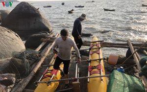 Cứu 3 du khách nước ngoài trôi dạt trên biển bằng phương tiện tự chế