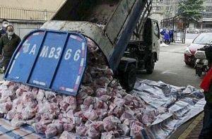 Quan chức Vũ Hán bị sa thải vì dùng xe rác chở thịt lợn phát cho dân