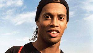 Ronaldinho ghi 5 bàn để vô địch giải futsal trong tù