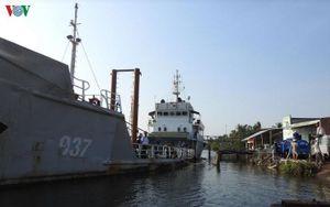 Tàu Hải quân cấp nước ngọt cho nhân dân Bến Tre