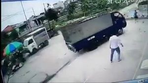 Một phụ nữ tập lái xe tải, tông vào hai trẻ nhỏ đang chơi bên đường