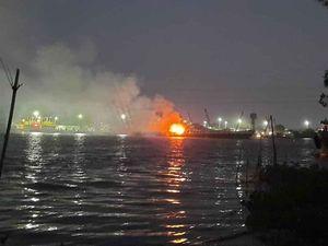 Tàu chở xăng phát nổ, 2 người chết, 1 người mất tích