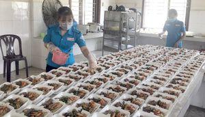 Chuẩn bị cơm trưa cho công dân cách ly