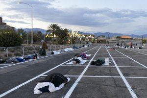 Covid-19 Mỹ: Người vô gia cư Mỹ ngủ ở bãi xe, xe lạnh xếp hàng ngoài bệnh viện