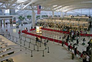 Vì sao hàng trăm chuyến bay vẫn cất cánh từ các vùng dịch tại Mỹ?