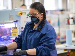Xưởng giày New Balance sản xuất khẩu trang cho bệnh viện