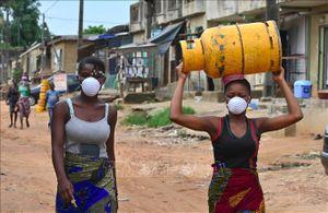 Người dân châu Phi tập quen với khẩu trang