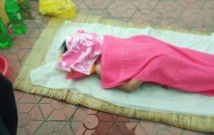 Đi tập thể dục phát hiện thi thể bé gái nổi lên trên mặt hồ ở TP Vinh