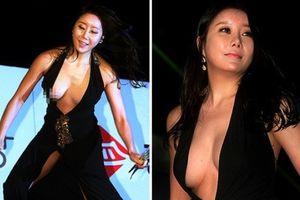 Diễn viên Hàn xin lỗi vì lộ ngực quá hớp trên thảm đỏ