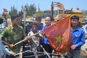 Tặng thưởng ngư dân và thuyền trưởng dũng cảm bảo vệ cờ Tổ quốc