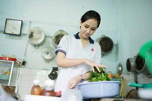 Mai Phương Thúy trổ tài nấu ăn cho các nghệ sĩ lão thành