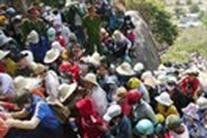 Lập hàng rào hạn chế người dự lễ hội chùa Ông Núi