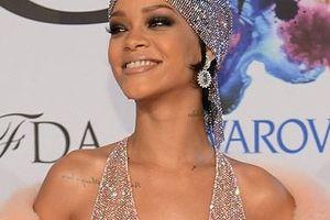 Diện váy trong suốt Rihanna vẫn là biểu tượng thời trang của năm