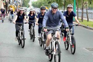 Tân Đại sứ Mỹ tại Việt Nam chạy xe đạp ở TP.HCM