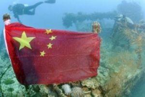 Quan hệ Trung - Nhật dậy sóng vì lá cờ trên tàu đắm