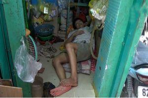 Gia đình hơn 30 năm ngủ co chân trong ngôi nhà 2m2