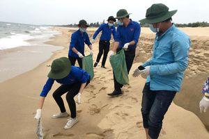 Chung tay dọn vệ sinh, trả lại vẻ đẹp cho bờ biển Quảng Bình