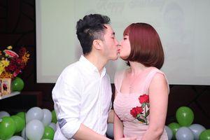Dương Ngọc Thái liên tiếp hôn bà xã trong tiệc kỉ niệm 10 năm ca hát