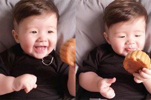 Con trai Elly Trần thích thú gặm bánh trung thu