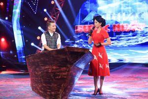 Đàm Vĩnh Hưng mang thuyền lên sân khấu ngồi hát trong minishow