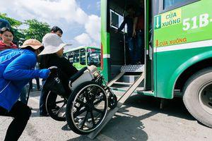 Đối xử nhân văn hơn với người khuyết tật!: Khó khăn khi đón xe buýt